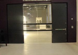 Bild på kontrasmarkerad glasyta i dörr